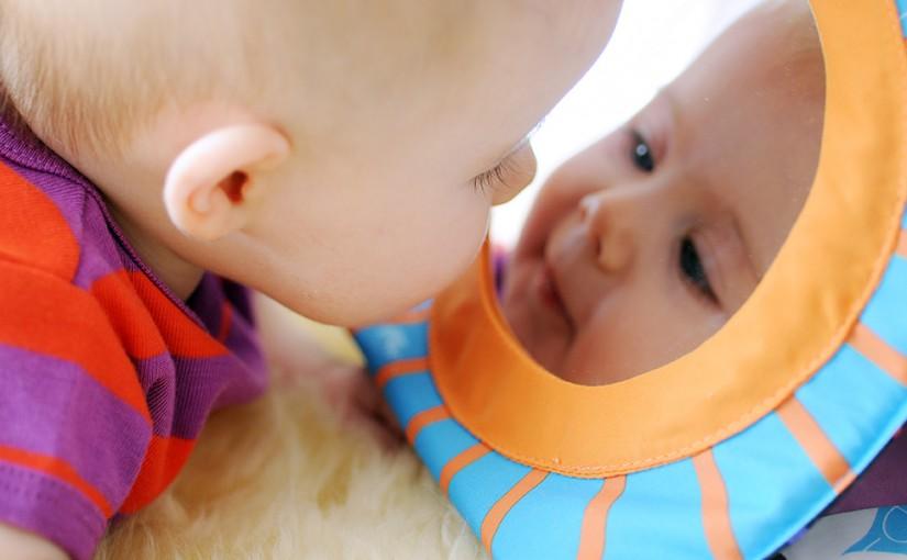 Babyen din elsker å speile seg!