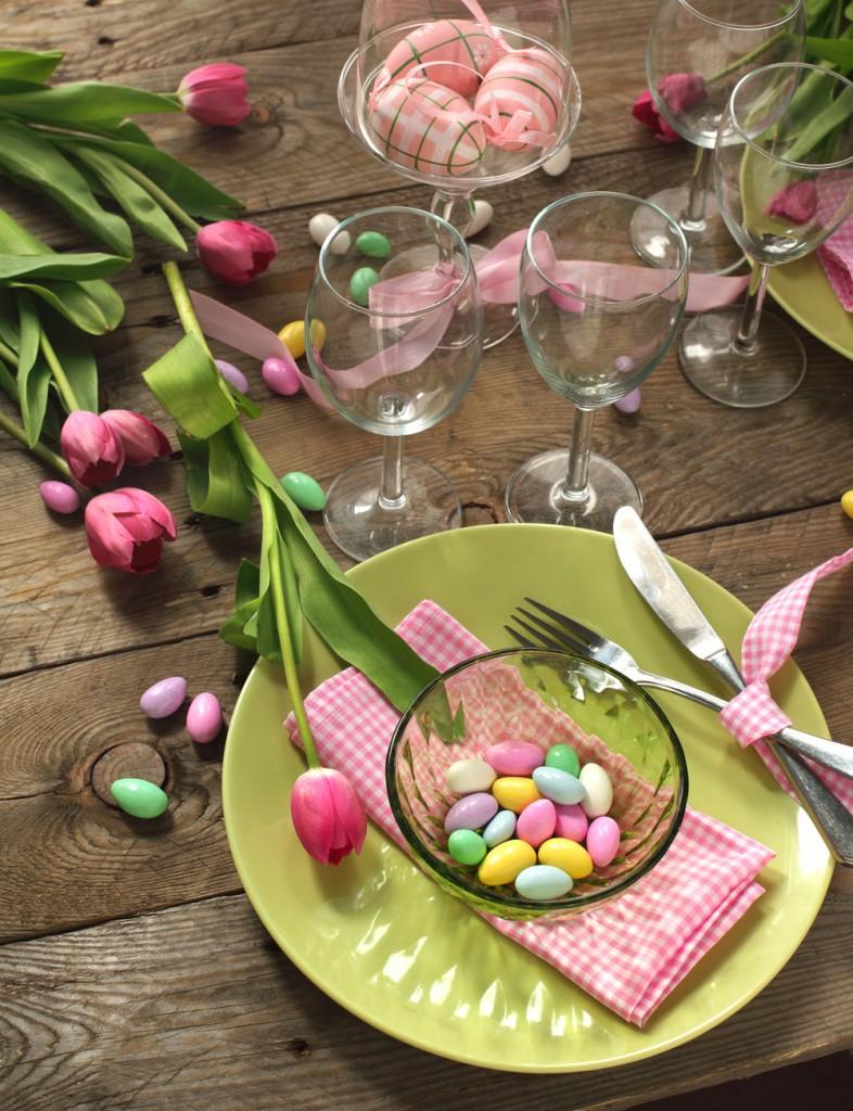 Pynt påskebordet med fargerike sjokolade-egg