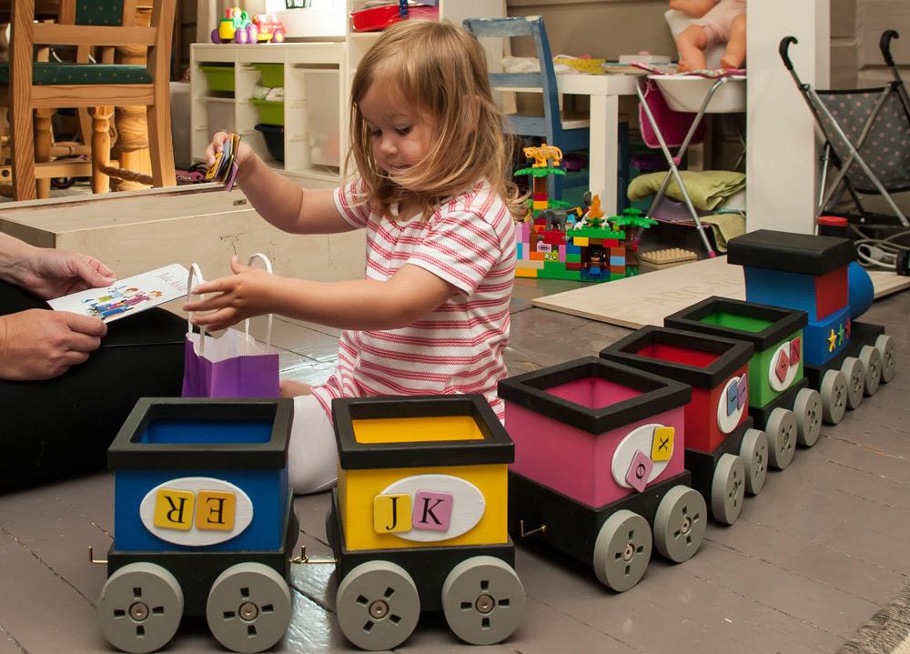 Julie-Alvilde_leker-med-toget