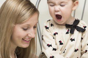 baby og mor som synger