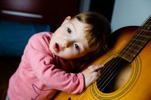 gutt med gitar