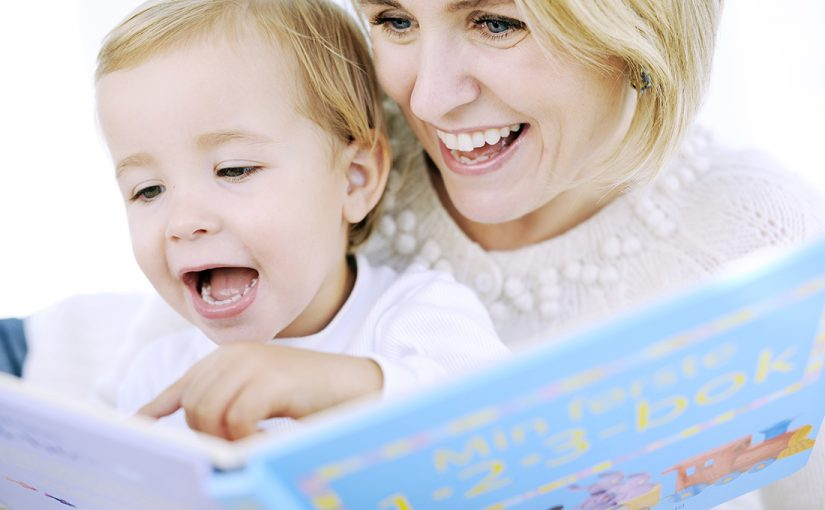 goboken lesestund med mor og sønn