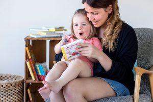 Lesestund mellom mamma og barn