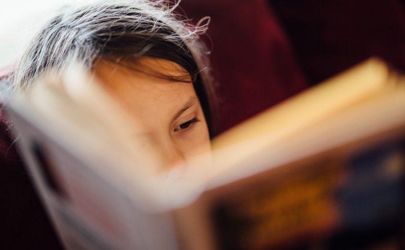 Lesestund med barn som har stor interesse for bokstaver
